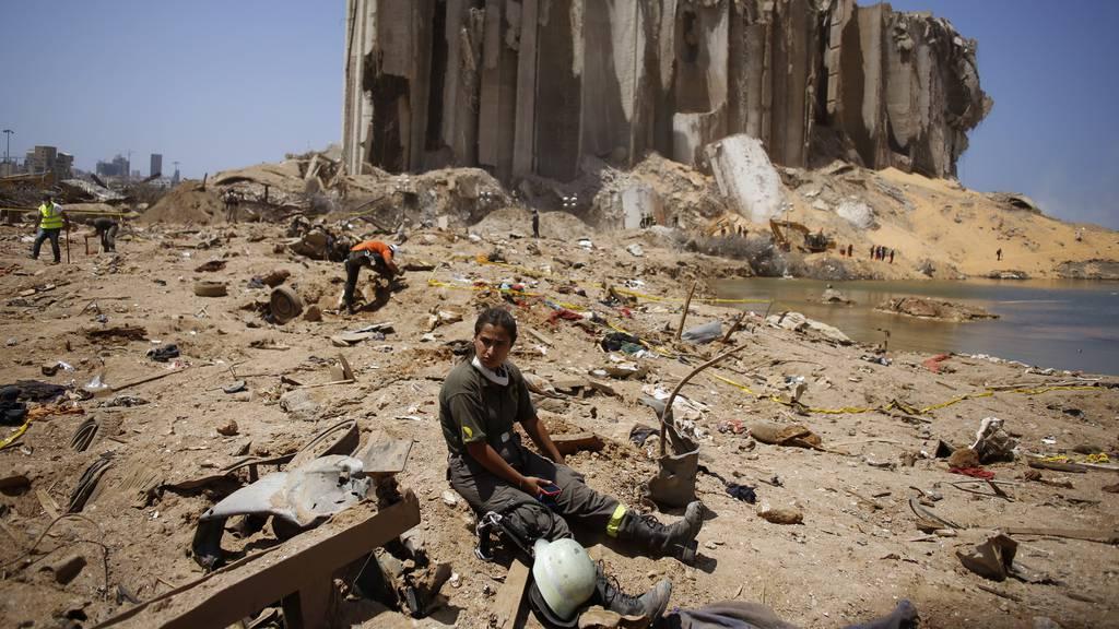 Rettungskräfte an der Stelle der Explosion im Hafen von Beirut.