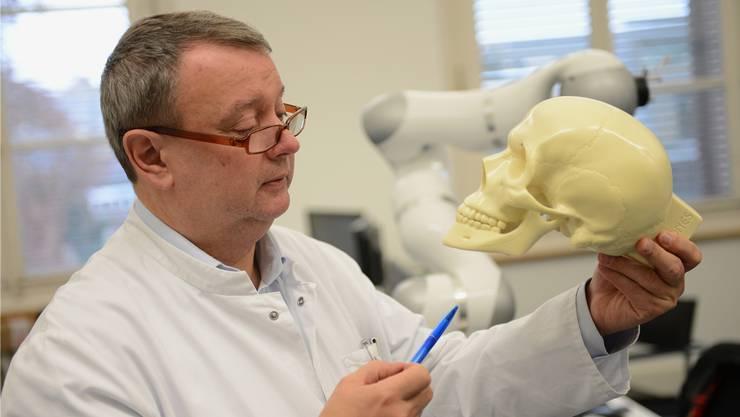 Anerkennung für Spitzenforschung: Gesichtschirurg Hans-Florian Zeilhofer forscht am interdisziplinären Hightech-Forschungszentrum Basel-Aarau. (Archiv)