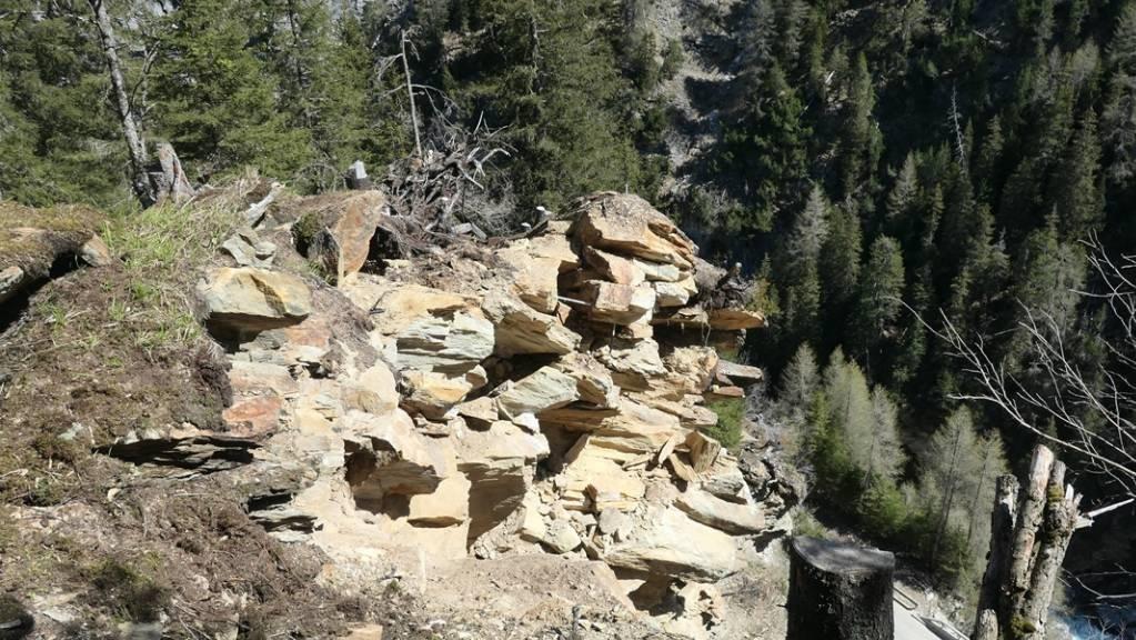 An dieser Stelle oberhalb der Averserstrasse ist der Fels sehr instabil.