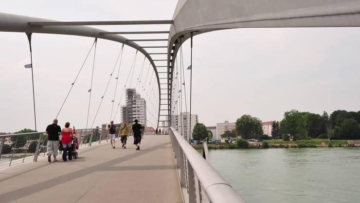 Dreiländerbrücke ist die Haltestelle, die manche Basler Detailhändler fürchten, denn hier geht es zum Einkaufstempel Rheincenter, der mit seinem riesigen Supermarkt Marktkauf, den verschiedenen Geschäften und den fünf Kinos nicht gesondert vorgestellt werden muss. Draussen lockt zu wärmeren Zeiten ein Minigolfplatz sowie ein Kinderspielplatz im kleinen Rheinpark, der an den Rhein grenzt. Neben der ehemaligen Landesstelle der Fähre findet sich heute eine Haltestelle der Basler Personenschifffahrtsgesellschaft, die ihre Kursfahrten ab 1. Februar wieder aufnimmt (zuerst nur sonntags, ab 2.4. Di–So). Das Solarboot fährt von hier bei schönem Wetter auch im Winter zum Dreiländereck und nach Huningue (So 14–17 Uhr). Wer gerne chinesisch isst, kann gleich daneben im China Restaurant Rheinpark einkehren (Mo–Sa günstige Mittagsmenüs, Do–Sa Mittagsbuffet). Die schöne Dreiländerbrücke, die 2007 eröffnet wurde, führt in wenigen Gehminuten (immer gerade aus) auf den neu restaurierten Abbatucciplatz in Huningue (F). Hier befindet sich neben der Post das Historische Museum (1. und 3. So des Monats 14.30–17.30 Uhr). An der linken Kopfseite des Platzes liegt das neue Café/Restaurant «Brasserie Abbatucci». Günstiger isst man im Normalfall allerdings in Deutschland. Direkt daneben findet sich ein Laden mit gebrauchten französischsprachigen Büchern. Drei Bäckereien zählt der Platz, uns gefällt «Banette» an der gegenüberliegenden Kopfseite des Platzes, am besten.