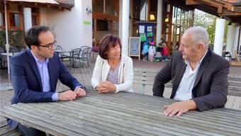 Der Übergang ist erfolgt: Der neue Geschäftsführer Michael Dubach (links) bespricht sich mit Heidi Schmid, Präsidentin des Trägervereins Murimoos werken und wohnen, und Hans Däpp, der nach 15 Jahren als Direktor die Aufgabe weitergegeben hat.