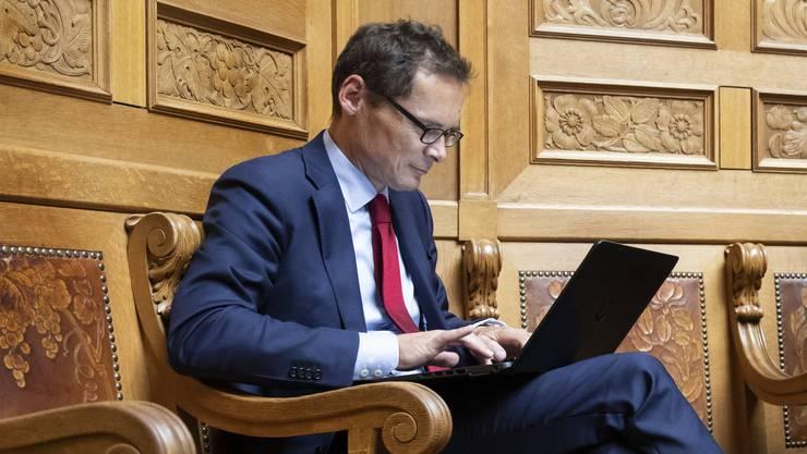 Diesmal anwesend, allerdings nicht an seinem Platz, sondern hinten im Nationalratssaal: Roger Köppel (SVP/ZH) betätigt sich während der abgelaufenen Herbstsession am Laptop. Rechts Gregor Rutz (SVP/ZH).