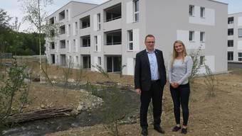Markus Dobnik und Ivana Jukic von Artemis Immobilien vor dem «Wohngarten».