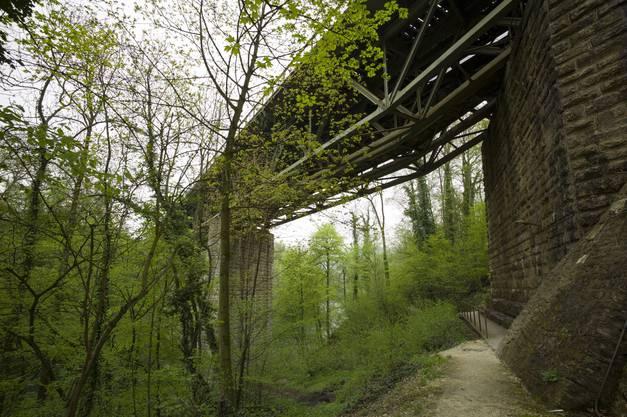 Unter der Eisenbahnbrücke führt der Kulturweg durch