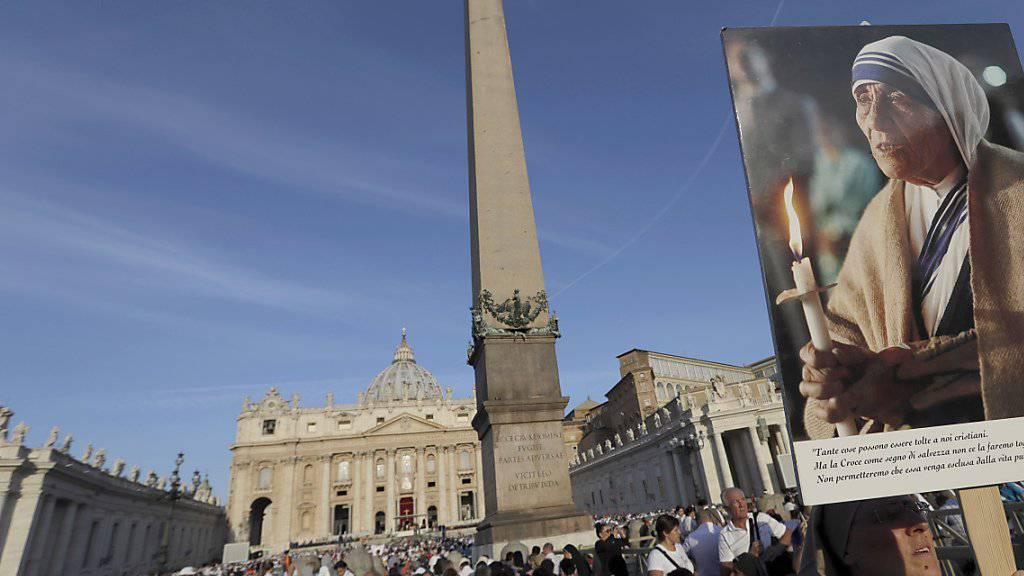 Zehntausende Gläubige strömten zum Petersplatz in Rom, um der Heiligsprechung von Mutter Teresa beizuwohnen.