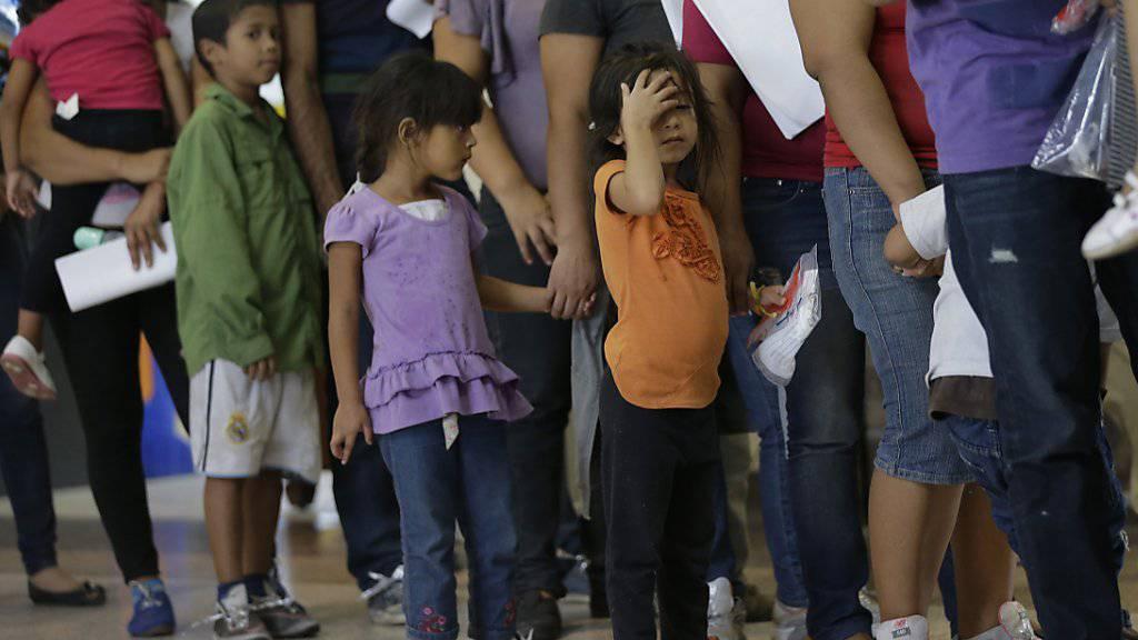 Mexikanische Immigranten warten and der amerikanischen Grenze. (Archiv 2014) Eine neue Untersuchung zeigt, dass heute mehr Mexikaner aus den USA nach Mexiko zurückkehren, als in die USA einwandern.