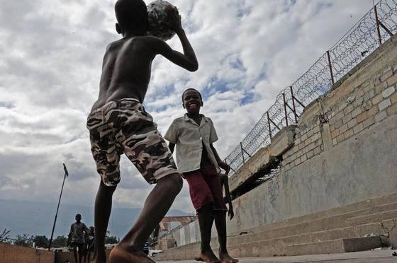 Auch zehn Monate nach dem schweren Erdbeben auf Haiti ist noch vieles zerstört. Mittlerweile ist die Heilsarmee dabei, in Port-au-Prince Schulen aufzubauen und das Hilfswerk Handicap stellt Protesen her. Die Wahlen haben das Land aber erneut in die Krise gestürzt und auch am Tag danach stürmen die Menschen noch durch die verbarikartierten Strassen um ihrer Enttäuschung Ausdruck zu verleihen. Dies sind einige Impressionen. Bild: Nadja Schärli