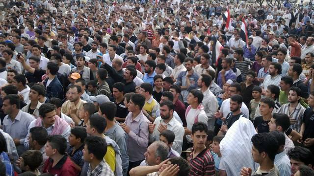 Menschen in Syrien verurteilen den Armee-Einsatz in der Stadt Rastan (Archiv)