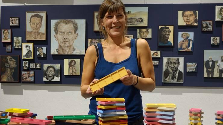 Hingucker in der Ausstellung Kunst Lokal: Die Bilderwand mit Porträts von Lisa Greber.