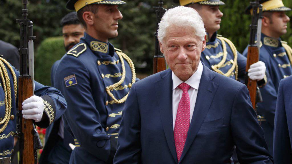 Der frühere US-Präsident Bill Clinton inspiziert die kosovarische Ehrengarde in der Hauptstadt Pristina.