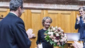 Eveline Widmer-Schlumpf erhält nach ihren Abschiedsworten Blumen überreicht.