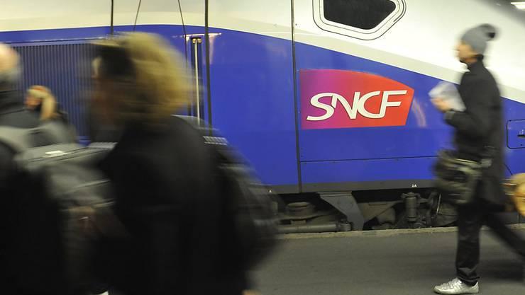 Eine junge Mutter stieg für eine Rauchpause beim Stopp in Le Mans aus dem TGV und liess ihr Baby im Zugabteil. Der Zug fuhr mit dem Baby, aber ohne die Mutter weiter. (Symbolbild)
