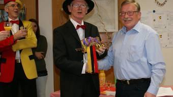 Gemeindepräsident Kurt Bloch (rechts) übergibt den Gemeindehaus-Schlüssel an Obernarr Josef V. alias Josef Bader. Zur Überraschung aller gab er diesen aber umgehend wieder zurück.