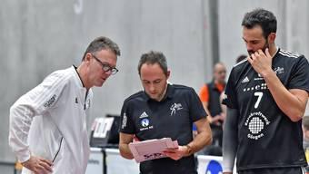 Daniel Rocamora (r.) mit seinen Trainern bei Volley Schönenwerd.