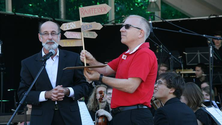 Hier gehts lang: Gemeindeammann Reto S. Fuchs (links) überreicht dem VR-Präsidenten der Raiffeisenbank Aare-Rhein, Beat Elsener, einen Wegweiser. Bald steht einer vor der Filiale in Bad Zurzach.