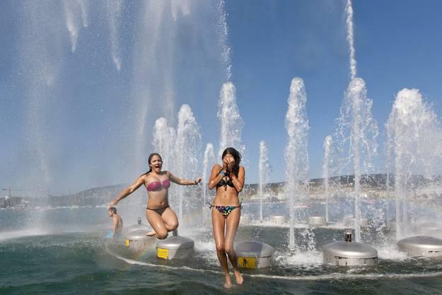 Augen zu und ab in den erfrischenden Zürichsee!