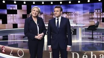 Marine Le Pen und Emmanuel Macron vor dem Beginn der Fernsehdebatte, in der die Fetzen flogen.