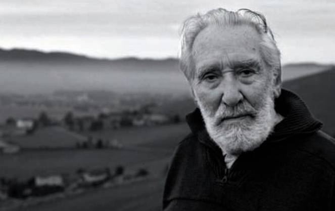 Als Jugendlicher meldete sich Mario Rigoni Stern (1921–2008) 1938 bei den italienischen Gebirgsjägern, den «alpini». In der Ausbildung tauchte er tief in die Natur des Aostatals ein, dann wurde er in den Krieg hieneingezogen. Er überlebte, kam zurück und schrieb über den Wahnsinn des Krieges. Zeitlebens fand er Trost in den Bergen.