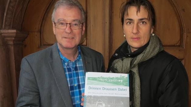 Daniel Vulliamy und Kathrin Schöb Rohner mit dem ersten Handmuster der Rheinfelder Stadtgeschichte. – Foto: ph