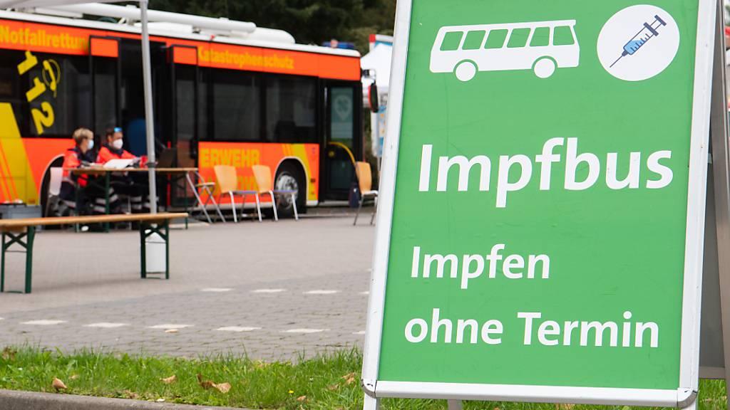 Ein mobiler Impfbus für Impfungen gegen das Coronavirus steht auf einem Supermarktparkplatz in der Region Hannover. In Deutschland können sich Bürgerinnen und Bürger seit Montag im Rahmen einer Impfaktionswoche an hunderten alltäglich besuchten Orten gegen Corona impfen lassen. Foto: Julian Stratenschulte/dpa