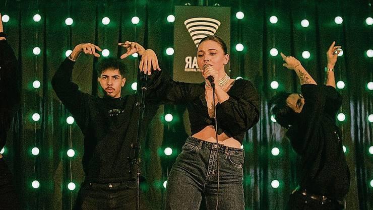 Die junge Sängerin Anina Kühnis (Mitte) hat ihren Künstlernamen Melday als Schutzschild gebraucht – jetzt braucht sie das nicht mehr.