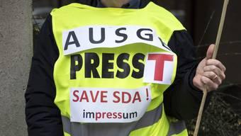 sda-Mitarbeiter demonstrieren zusammen mit den Gewerkschaften gegen den geplanten Stellenabbau von 36 der rund 150 Vollzeitstellen bei der Nachrichtenagentur.