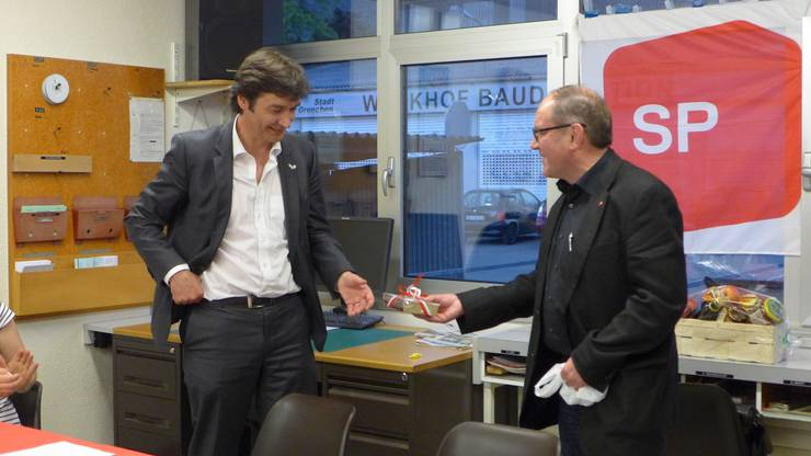 Remo Bill überreicht François Scheidegger ein Geschenk
