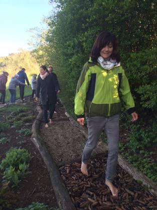 Ursula Hürzeler, Teamleiterin der SRK Regionalstelle Aarau, testet den ungewohnten Untergrund.