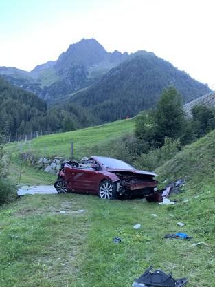 Das Cabriolet ist laut Kantonspolizei Uri 35 Meter in die Tiefe gestürzt. Beim Unfall verstarb eine Person, zwei weitere wurden Verletzt.