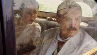 Stefan Zweig (gespielt von Josef Hader) im Exil: Auf seinem Gesicht spiegelt sich im Autofenster ein Buschfeuer, und auch in seiner Seele brennt es. Der Dichter beging 1942 Selbstmord.
