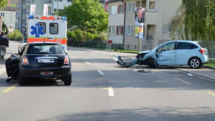 Bei einem Unfall in Lausen wurden am Sonntag drei Personen verletzt.