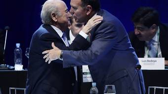 Da hing der Haussegen noch nicht schief: FIFA-Präsident Sepp Blatter (links) gratuliert Juan Angel Napout zur Wiederwahl zum Präsidenten des südamerikanischen Fussballverbandes (Archiv).
