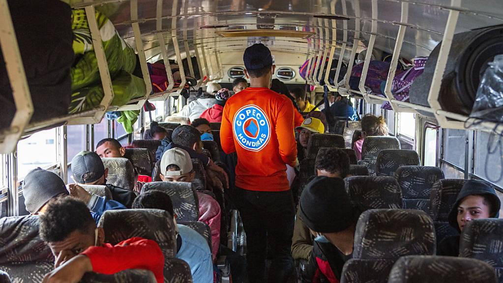 Ein honduranischer Regierungsmitarbeiter kontrolliert die Sitzplätze in einem Bus. Migranten versuchen regelmässig über Honduras, Guatemala und El Salvador in die USA zu kommen.