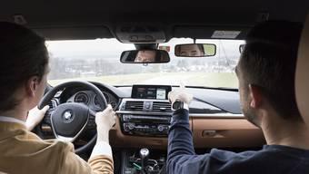 Haben häufig wieder viel zu tun: Fahrlehrer. Doch melden sie sich nicht aktiv ab, bekommen auch sie weiterhin Corona-Unterstützungsgelder.