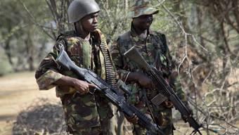 Kenianische Soldaten patroullieren in der Nähe der somalischen Grenze (Archiv)