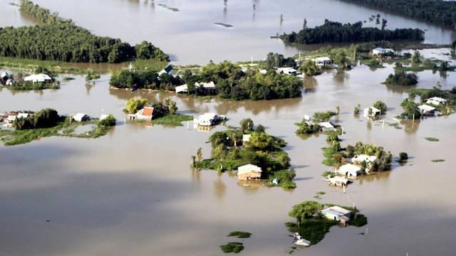 Häuser unter Wasser im Mekong Delta in Vietnam