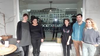 Sie freuen sich über das gelungene Projekt (v. l.): Nina Emch (Job Coach Hohenlinden), Selin Deniz und Kerstin Duss (Abgängerinnen Hohenlinden), sowie Stephan Marti und Damaris Häfeli von der Cafébar Barock.