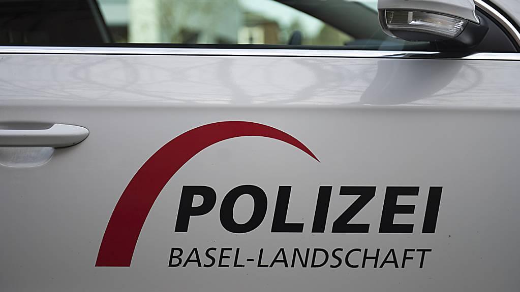 Bei einem Chemieunfall ist am Freitagabend in Bubendorf BL ein 21-jähriger Mann verletzt worden. Gemäss Angaben der Polizei war aufgrund einer chemischen Reaktion ein Fass mit Abfällen geborsten.