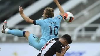 Fabian Schär (unten) verletzt sich im Spiel gegen Tottenham