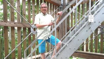 Komponist Emil Wallimann beim Aufstieg auf den (echten) Cheisacherturm. – Foto: dds