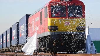 Billiger als Luftfracht und schneller als per Schiff: nach 18 Tagen erreicht ein chinesischer Güterzug London.
