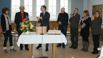 Die Kirchenpflege nimmt Abschied von Pfarrer Samuel Dietiker (2.v.l.) und seiner Frau Marianne (links). sag