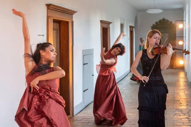 """«feu sacré» - Tanz im Kloster Fahr - ist eine tänzerisch-musikalische Inszenierung im Rahmen der Feierlichkeiten """"100 Jahre Silja Walter"""" im Kloster Fahr. Eine Produktion der Tanzcompagnie Flamencos en route, Premiere 29. August 2019."""