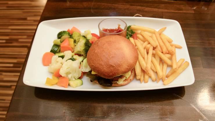 Deniz Elmas von derPizzeriaTürk serviert auch Gourmet Cheesburger quarterpounder mit Pommes und Gemüse.