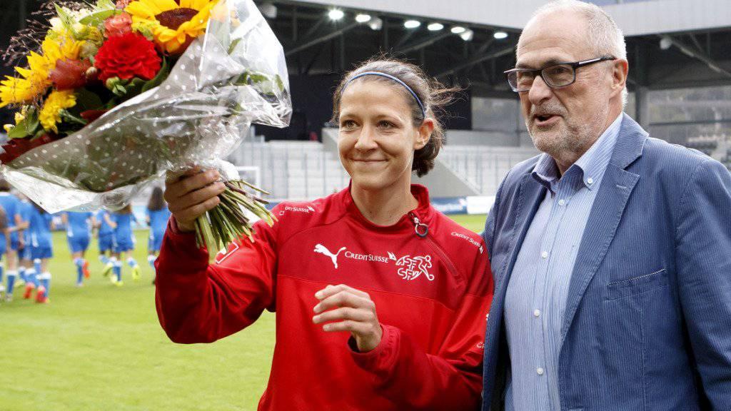 2015 war Daniela Schwarz (links) noch bei ihrem letzten Länderspiel vom damaligen Verbandspräsidenten Peter Gillieron geehrt worden. 2019 gewinnt sie mit dem Gigathlon eine der härtesten Prüfungen im hiesigen Ausdauersport
