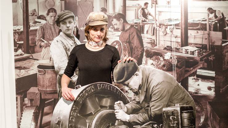 Museumsleiterin Carol Nater Cartier im Fotoraum, in dem man sich mit historischer Kulisse ablichten kann.