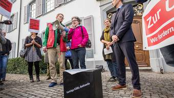 Landrätin Pia Fankhauser unterstützt lautstark den Protest der Hebammen. Kantonsvertreter Olivier Kungler (rechts) erhält symbolisch eine Black Box.