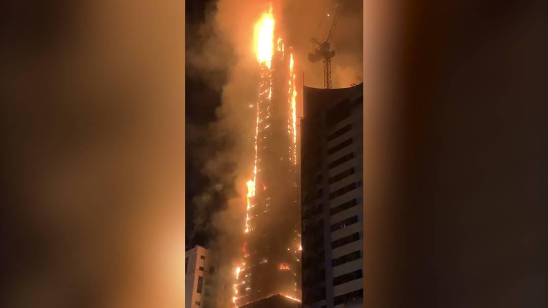 Wolkenkratzer in den Vereinigten Arabischen Emiraten geht in Flammen auf