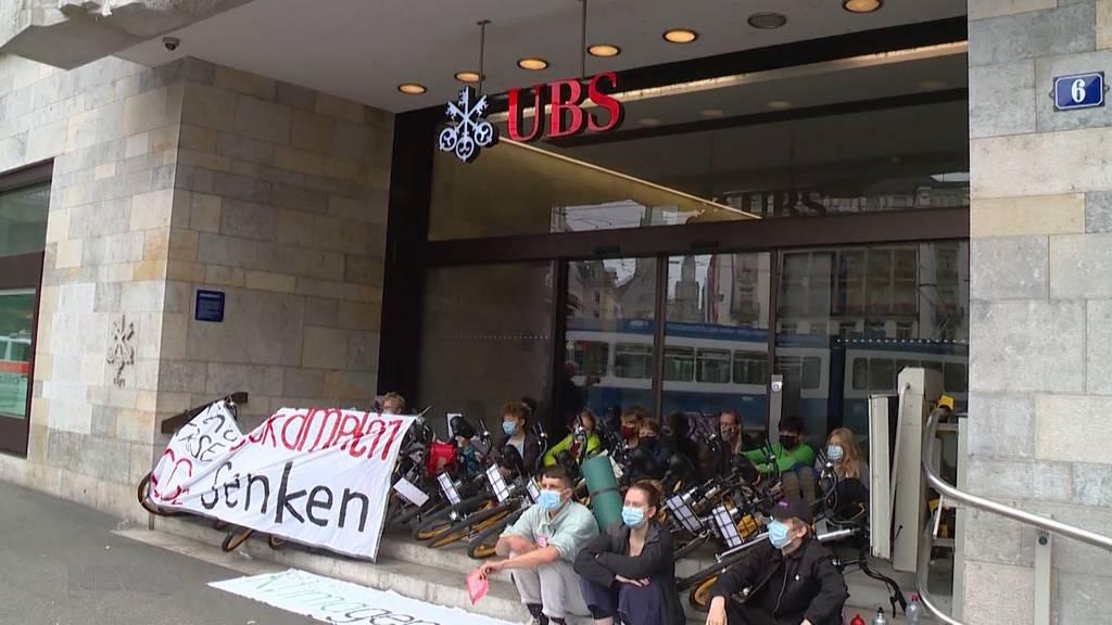 Erinnert an Berner-Protest-Camp: Rund 200 Klimaaktivisten blockieren Zürcher Paradenplatz