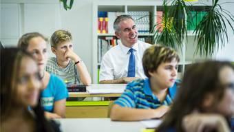 Werden künftig die Schulklassen im Aargau (im Bild Erziehungsdirektor Alex Hürzeler bei einem Klassenbesuch) im Zuge des Sparens wieder grösser? Chris Iseli